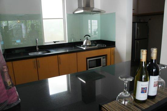 บาหลี ไอแลนด์ วิลล่าส์ แอนด์ สปา: Kitchen area in the villa