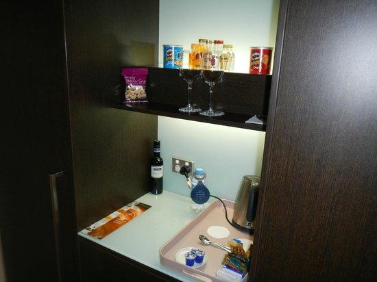 Hilton Brisbane: backllit modern mini bar in room