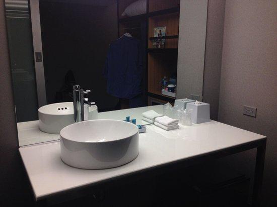 Aloft San Francisco Airport: Great bathroom design.