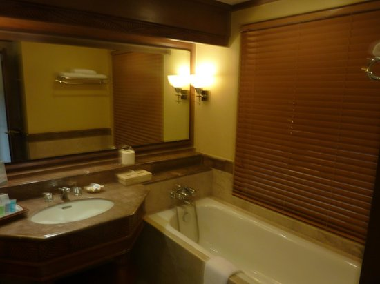 Henann Regency Resort & Spa: Bathroom- there is also a separate shower to the left