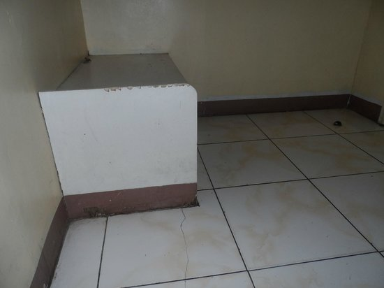 Capitol Tourist Inn : Corner bench, see the rat hole?