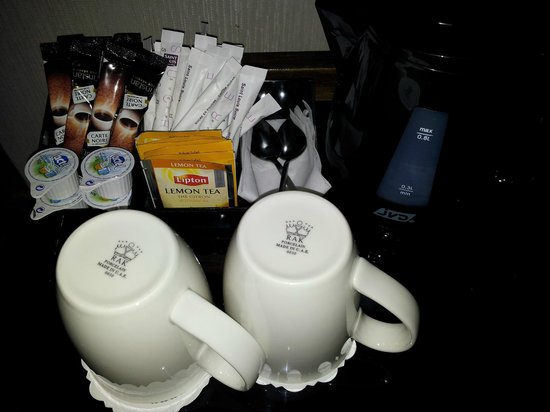 Agora Saint Germain: Tea and coffee making facilities in room