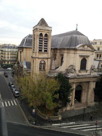 Agora Saint Germain: Church across the street (no bells overnight)