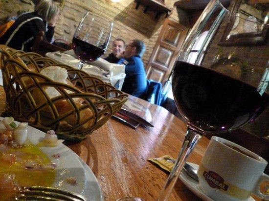 Ras Bar: ワインがすすむ