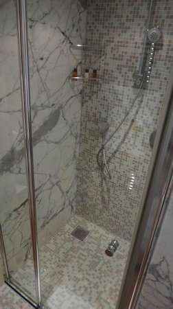 Port Palace Hotel: Shower