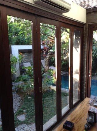 Le Jardin Boutique Villas, Seminyak: Breautiful view of the garden all around the living room