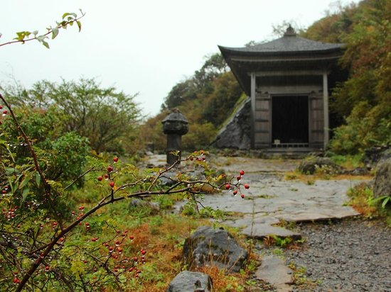 Buddhist Stoneworks at Motohakone: 磨崖仏のお堂