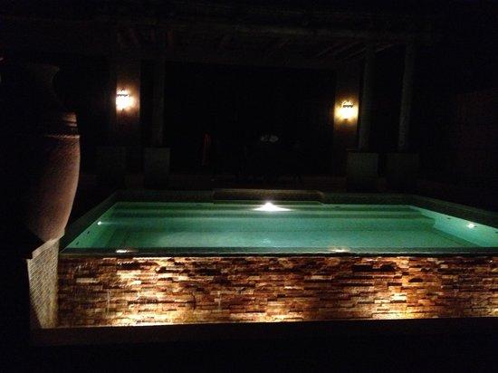 Qasr Al Sarab Desert Resort by Anantara: Villa pool at night