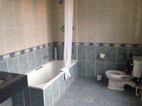 De Vere Selsdon Estate : Massive bathroom