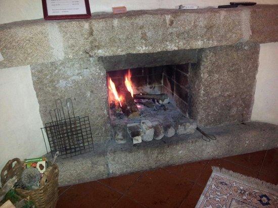 Casas da Ribeira: Offener Kamin