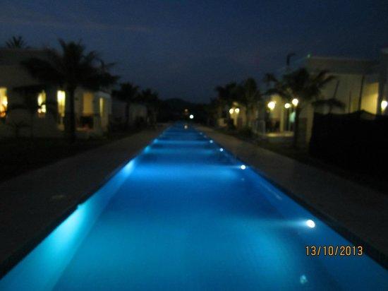 Oriental Beach Pearl Resort: poolen med aftenbelysning