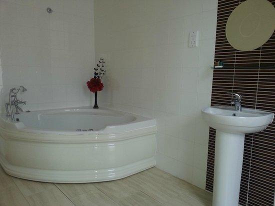 The Strand Lodge: Spa Bathroom