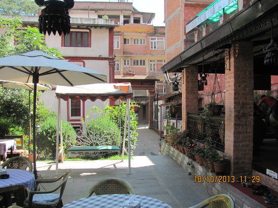 Hotel Encounter Nepal: Outside garden/Bar area