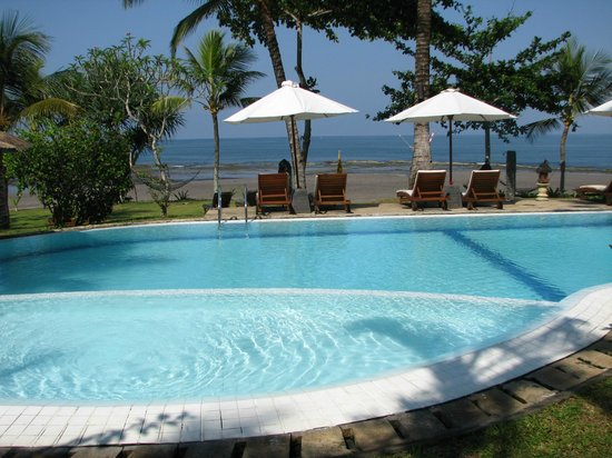 Puri Dajuma Cottages: la belle piscine près de la plage