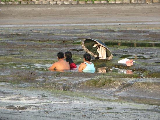Puri Dajuma Cottages: à marée basse les baignoires naturelles dans la roche volcanique