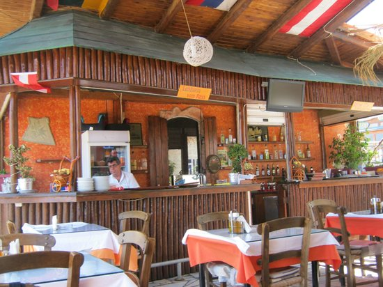Four Brother: Interior of the restaurant and hospitable Manos