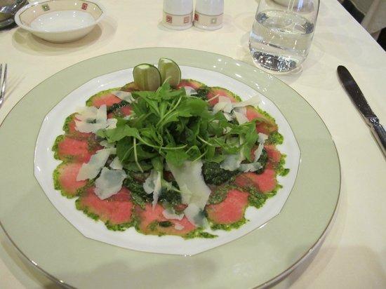 KONFIT restaurant & wine: carpaccio al pesto, rucola e parmigiano