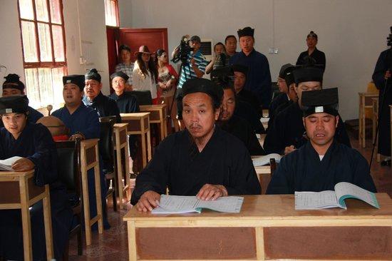 Zhongyue Temple: Монахи  с муз инструментами на учении