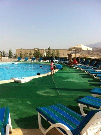 Golden Tulip Khatt Springs Resort & Spa : the area around the pool