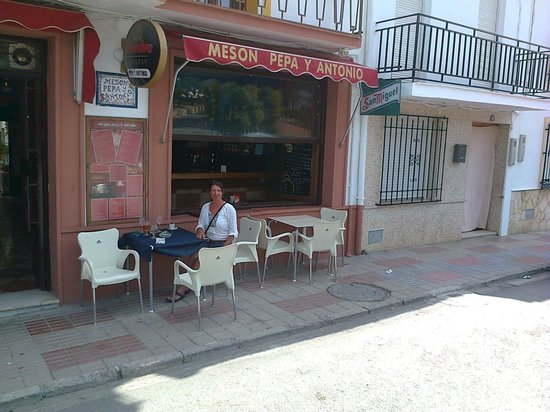 Meson Pepa y Antonio: Outside at lunchtime.