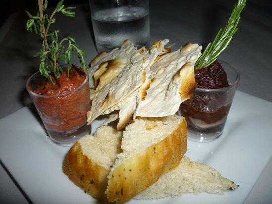 Deja Vu Restaurant: Complimentary Bread & Dips