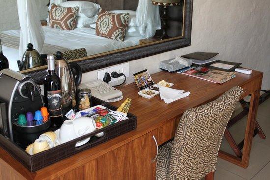 Victoria Falls Safari Club : Bar avec Nesspresso, seul endroit où j'ai ou boire un vrai café