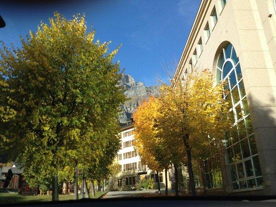 Thermal Hotels und Walliser Alpentherme & Spa: Zufahrt uur Alüpentherape (links im Bild)