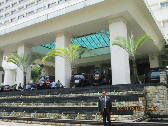 Hotel Borobudur Jakarta: Entrance to the hotel