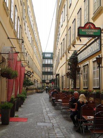 Mercure Grand Hotel Biedermeier Wien: The alleyway from the main street, hotel entrance on the left