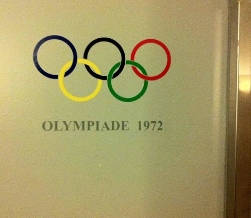 Mercure Hotel Munchen am Olympiapark: Placard on Elevator Doors at Muenchen Mercure Olympiapark