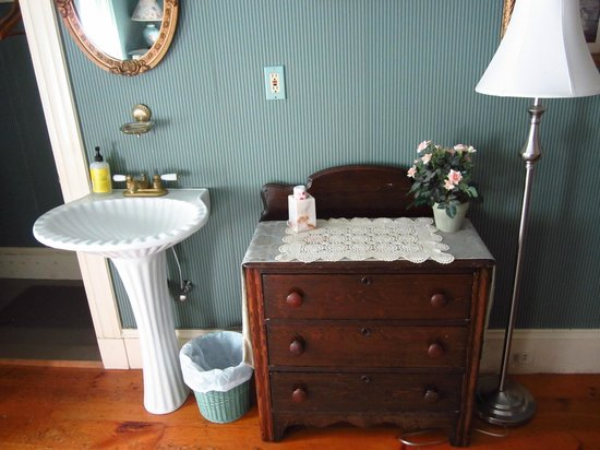 Holidae House Bed & Breakfast: Basin area in the green room