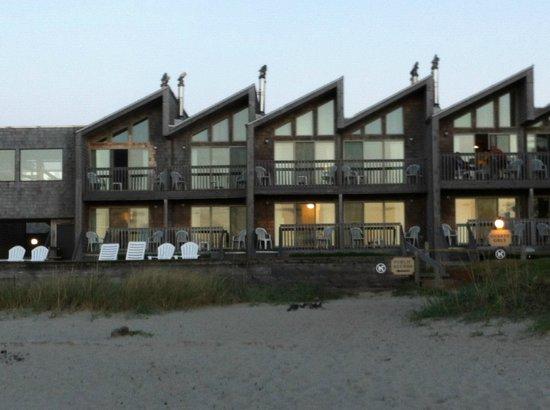 Schooner's Cove Inn : Hotel viewed from beach