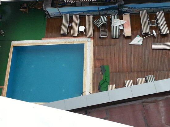 Mehtap Beach Hotel : filthy pool area