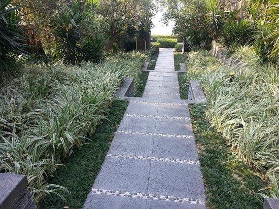 The Mulian Urban Resort Hotels Huadu : Grounds to lake shore