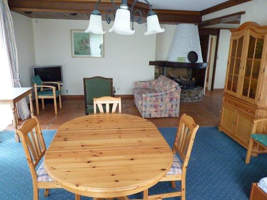 Eettafel In Woonkamer : Woonkamer 114 met tv hoek en eettafel. picture of schlosshotel
