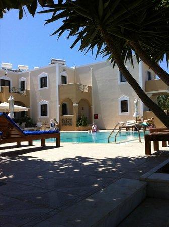 Zephyros Village Hotel: Bassengområde og leiligheter