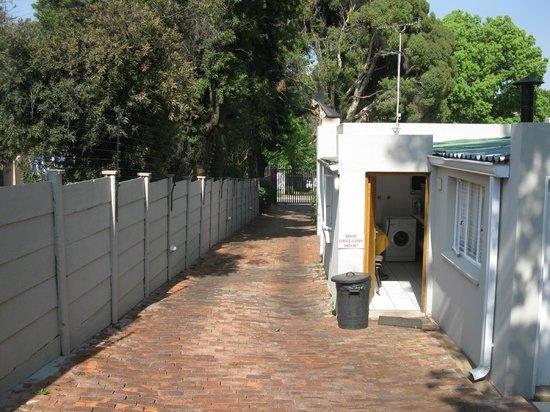 Liz at Lancaster Guesthouse: Zufahrt zu den Parkplätzen