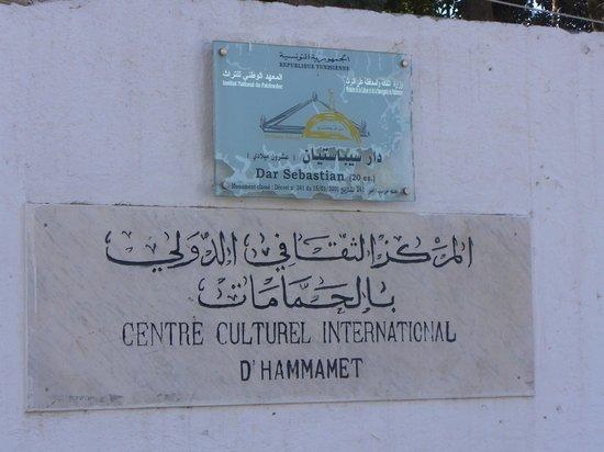 George Sebastian Villa: L'insegna della Villa e del Centro Culturale di Hammamet
