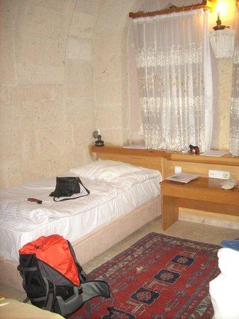 Walnut House Hotel Goreme : un lit dans chambre avec 2 lits jumeaux