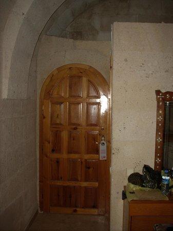 Walnut House Hotel Goreme : porte de la chambre avec salle de bain à droite