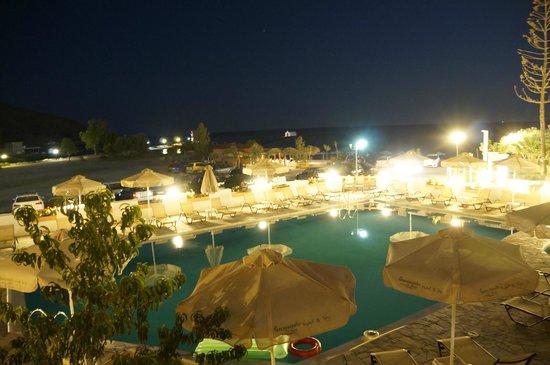 Georgioupolis Beach Hotel : Бассейн отеля, поотдаль - море (вид из номера)