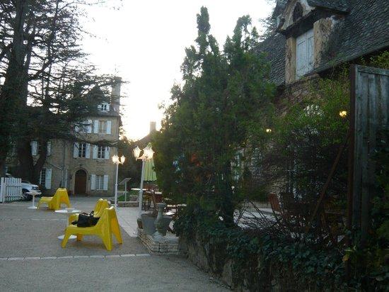 Domaine de Carriere : vue de la terrasse vers le château