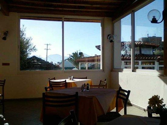 Hotel Mikro Village: Sunny morning breakfast room