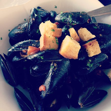 L'Approdo Restaurant: The best mussels in all of Capri. Substantial portion and the flavors are to die for!