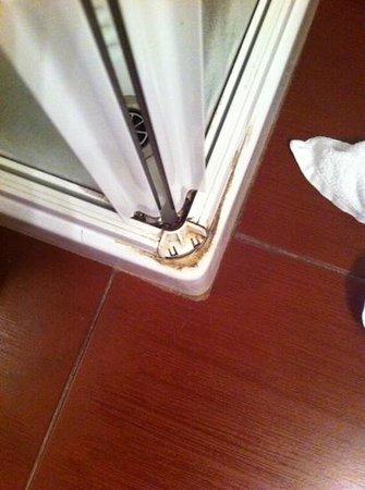 Barion Hotel & Congressi: douche niet schoon