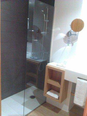 smartline Mariant: La ducha y parte del baño. Foto hecha con el móvil, estaba muy bien y nuevo nuevo!