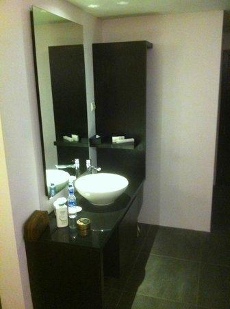 Furama City Centre: Sink in Bedroom area
