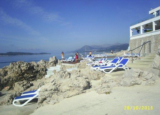 Ariston Hotel : Sun bathing area and sea access