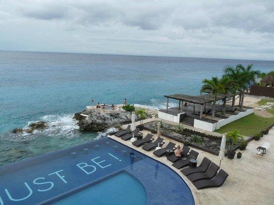 Hotel B Cozumel: Piscina y acantilados.