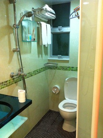 Harbour Hotel: シャワーを浴びる前に トイレットペーパーの避難を忘れずに!!びしょ濡れになってしまいます。